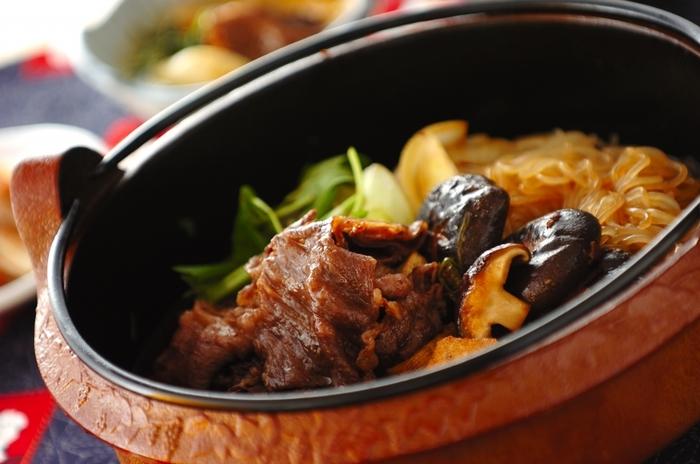 こってりしたタレがご飯に合うすき焼きは家庭での定番メニュー。あつあつのお肉と焼き豆腐に溶き卵を合わせてめしあがれ。