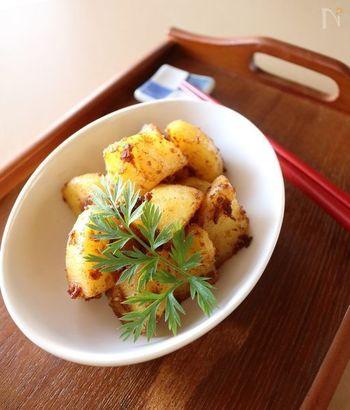 じゃがいもをバターと味噌で炒めた、シンプルでほっこり優しい和風おつまみレシピ。塩気があるので、ビールや日本酒にも合うおつまみになりますよ。