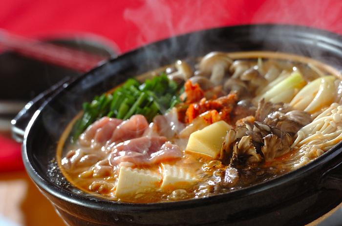 寒い日には辛めのピリ辛鍋はいかが。今では日本でも定番の鍋になっているチゲ鍋。みそにコチュジャン、キムチを入れて辛さはお好みに調節可能です。チーズ等をトッピングするとマイルドな美味しさも味わえますよ。