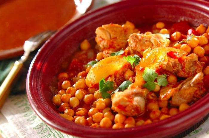 塩レモンとトマトを使った旨味が凝縮されたモロッコの鍋料理。スパイシーでヘルシーな料理です。タジン鍋は、色々な蒸し料理にも使えるので、自分なりのアレンジを楽しむのもいいかもしれません。