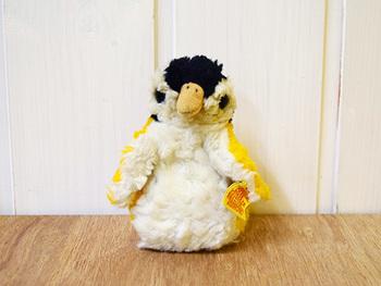 テディベアの名門・ドイツ・シュタイフ社製のペンギンの幼鳥のぬいぐるみ。保護欲をそそられるあどけなさです。