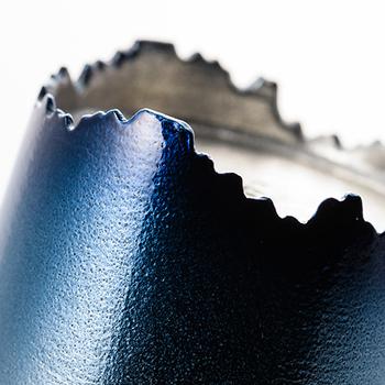 プロダクトデザイナーである倉本仁氏によって台座の部分は、鍾乳洞をイメージしたギザギザの趣のあるデザインに。一見、ランダムに見えますが、しっかり3点で支えているので安定感は抜群。