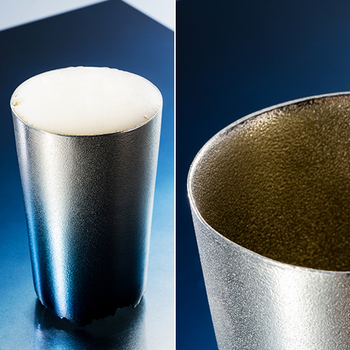 容量165mlと、ビールグラスとして程よいサイズのタンブラーは、錫の特徴である微細な凹凸により、ビールを注いだ際にきめ細かくクリーミーな泡に仕上げてくれるので、外見のブルーと相まってビールをより美味しくしてくれます。