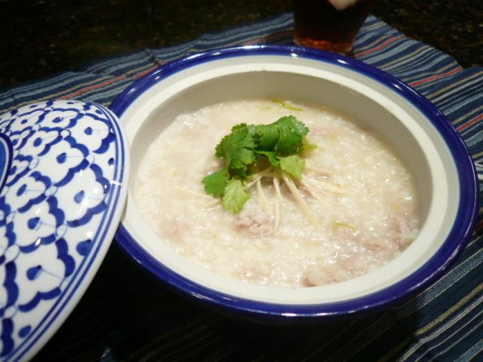 豚ひき肉としょうがでしっかり味付け、香菜の香りを効かせた本格的な香港式おかゆ。ちょっとしたおもてなしにも喜ばれるメニューです。