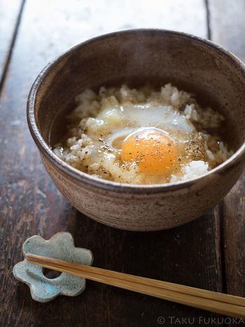 卵を割り入れてだしをかけ、黒胡椒をぴりっと効かせたシンプルなお茶漬けです。小腹が空いた時やお夜食にもおすすめです。