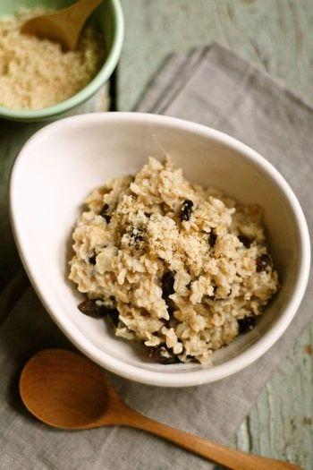 オートミールとお米を煮込んだおかゆは、メープルシロップやブラウンシュガーをかけ、シリアル的感覚の朝食としてもおすすめです。おやつタイムにもいいですね。