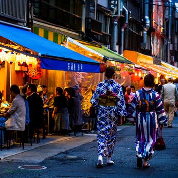 江戸時代の風情や下町情緒あふれる浅草は、東京都台東区のおよそ東側半分に位置し、本所や深川と並んで東京下町の外郭をなしています。