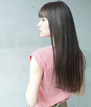 美しいストレートヘアを作ってくれるストレートヘアアイロン。しかし、高温を髪に当てているので、キレイにストレートになって見えても髪はかなりのダメージを受けています。少しでもダメージを減らすため、アイロンの温度は高すぎない設定(~170℃まで。クセの強い人は~180℃まで)で使用するように心がけてください。同じ場所に長く当てずに滑らせるようにして使用しましょう。