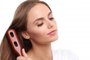 シャンプー前にはブラシで丁寧にブラッシングをしましょう。できれば静電気を発生させない豚毛や猪毛のもので、特に毛先が柔らかいものが◎ シャンプー前のブラッシングは、絡まりなどを取る目的もありますが、髪についた汚れなどを先に取っておくことでシャンプーの効果を高める役割も果たしてくれます。