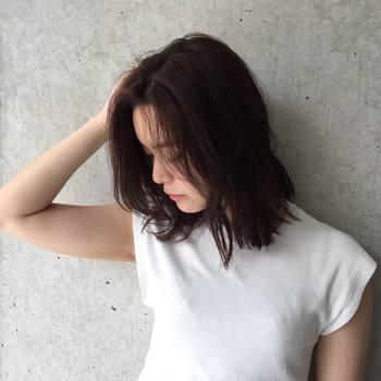 あえて部分的にヘアアイロンを使用して、ナチュラルに仕上げるのもおすすめです。表面はそのままで、内側の髪をストレートに伸ばすだけで動きのある自然なストレートヘアに。 (クセが強めの人は表面にも軽くアイロンを滑らせるようにしましょう)