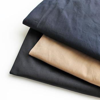 定番と言えるチノスカートですが、色によって印象が変わるので色違いで揃えてみるのもおすすめです。