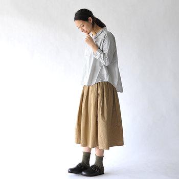 もしまだチノスカートを持っていないなら、ぜひ気に入った色を一枚取り入れてみては?手持ちの洋服と合わせるだけで、ちょっぴり新鮮な秋コーデを楽しむことができますよ。