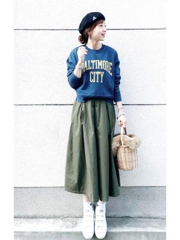 ロゴトレーナーと合わせたスタイルは、ベレー帽とファー付きかごバッグで季節感のあるフェミニンな要素を少しだけプラスして。