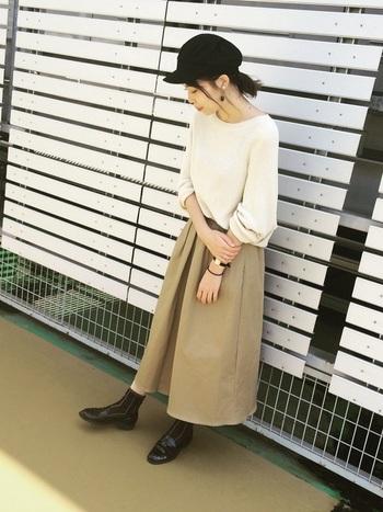 黒の靴下やローファー、キャスケットで上品に引き締めた大人カジュアルなシンプルコーディネート。