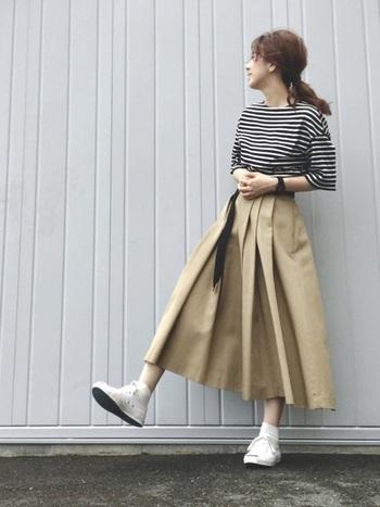 オーソドックスなベージュは、カジュアルからドレスアップスタイルまで幅広く対応できるカラーです。