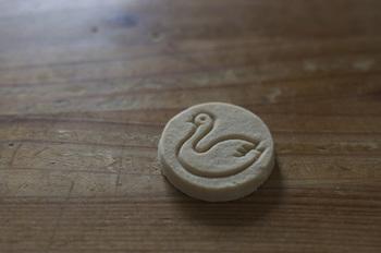"""キュートな白鳥がスタンプされた「白鳥の湖」。その昔、スペインの修道院で考案されたという""""ポルポローネス""""というクッキーで、軟らかな落雁のような触感が特徴です。ポルポローネスは幸せのお菓子とも呼ばれており、見た目の印象通りのやさしい食感を楽しむことができます。紅茶のお茶うけにぴったり♪"""