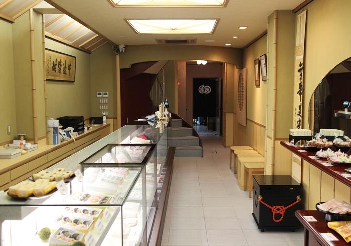 製造販売しているのが京都の老舗「二條若狭屋」。四代95年に渡って、京都にのれんを掲げ続けています。店内には長い歴史の中で生まれた、鮮やかで可愛らしい京菓子が並びます。京都市内に2店舗ある直営店のほか、京都や東京のデパートにも出店しています。