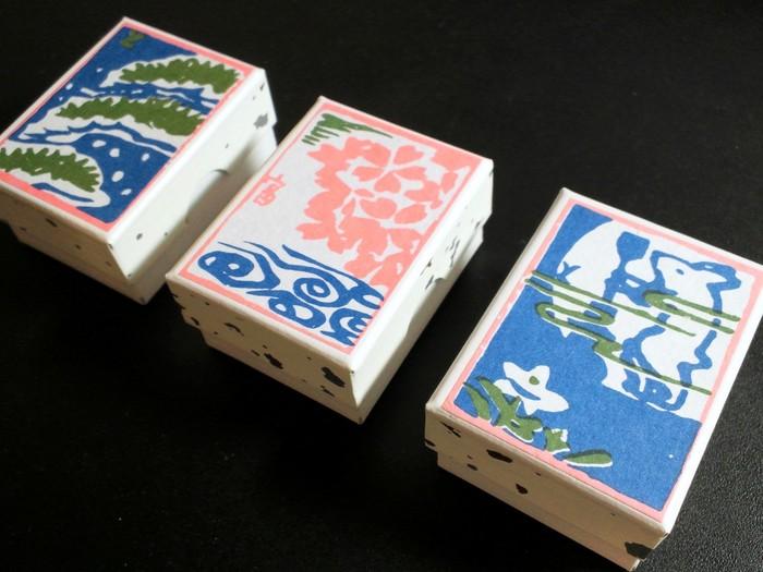 不老泉は、そのパッケージの可愛さも多くのファンの心を掴んでいます。レトロな版画風のパッケージは、京都 西本願寺の代々の絵師・徳力富吉郎によるもの。大正時代からずっとこのデザインだそうです。お土産にすれば喜ばれること間違いなしですね!