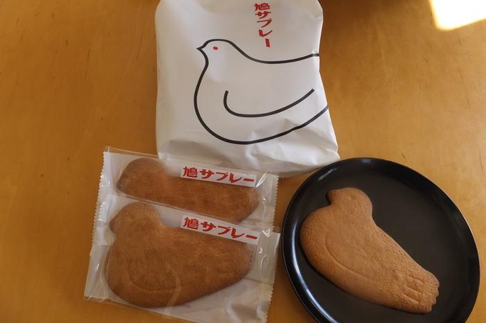 鎌倉土産の人気お菓子「鳩サブレー」は、明治27年創業の豊島屋の代表銘菓です。初代店主が外国人にもらったビスケットをヒントに試行錯誤を重ね、日本人に好まれるクッキーに作り上げました。最初はフレッシュバターの風味が日本人に受け入れられず、苦戦したそう。
