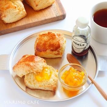 【スコーン】  スコーンは、紅茶の香りをじゃませずに豊かな香りを楽しめるので、紅茶にぴったりのおやつ。シンプルな味わいなので、ストレートはもちろん、ミルクティーともよく合います。お好きなジャムをのせて紅茶と合わせれば、イギリスのアフタヌーン・ティーのような優雅な気分に♪