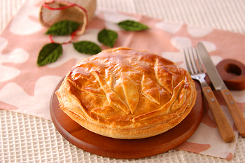 【アップルパイ】  紅茶とアップルパイは相性抜群!しっとりとした甘酸っぱいリンゴたっぷりのアップルパイは、ストレートティーも合いますが、アップルフレーバーティーと合わせてより香りを楽しむのもおすすめです。