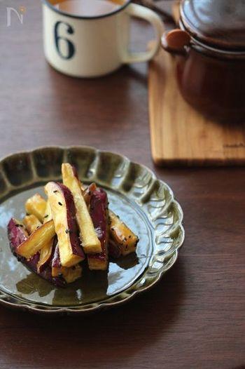 【さつまいもかりんとう】  さつまいもを揚げて砂糖と絡めたかりんとうは、日本茶との相性もばっちり。油で揚げることで、さつまいもの甘さとホクホクとした美味しさが上手く引き立っています。