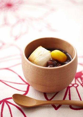 【栗ぜんざい】  茹であずきと餅があれば簡単にできるぜんざい。ぜんざいの甘さと日本茶の渋みが絶妙なバランス!栗やさつまいもをプラスするとちょっぴり豪華に♪甘く濃厚なぜんざいにはあっさりとしたほうじ茶や玄米茶がよく合いますよ。