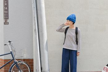ボーイッシュなデニムスタイルに、色鮮やかなブルーのニット帽をちょこんとかぶったスタイル。もこもこしたケーブル模様が、コーディネートに立体感とあたたかさを持たせてくれます。