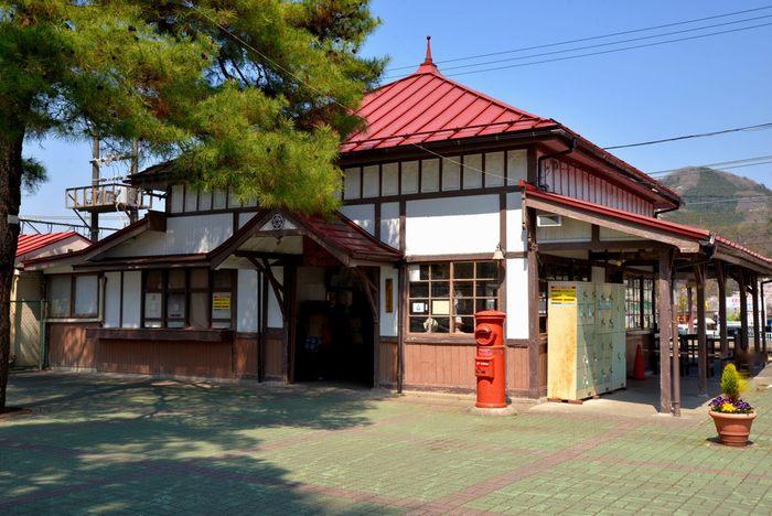 赤い屋根と昔懐かしいポストが印象的な長瀞駅。1997年に「関東の駅百選」第1回選定駅になった長瀞駅。今の駅名になったのは大正12年で、明治44年の開業当時は「宝登山駅」でした。開業当時の雰囲気が残る駅舎は、都心からわずか1時間の距離なのにぐっと旅気分を高めめてくれます。