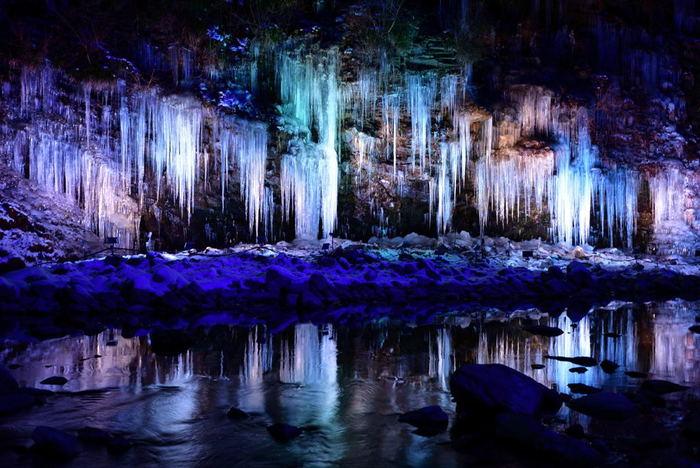 暗くなると、ライトアップが始まります。幻想的な美しさと自然の力に圧倒。まさに氷の芸術です。