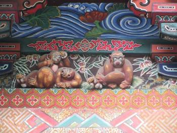 どこかで見たような気がしませんか?そう、東照宮の「見ざる聞かざる言わざる」の三猿に似た彫刻ですよね。ただし、こちらは「お元気三猿」と呼ばれているんです。  「よく見て、よく聞いて、よく話そう」という意味があるそうで、一般的に有名な三猿とは正反対の意味。  社殿には、他にも見事な極彩色の彫刻が多くありますから、ぜひ細部までじっくり見てみてくださいね。