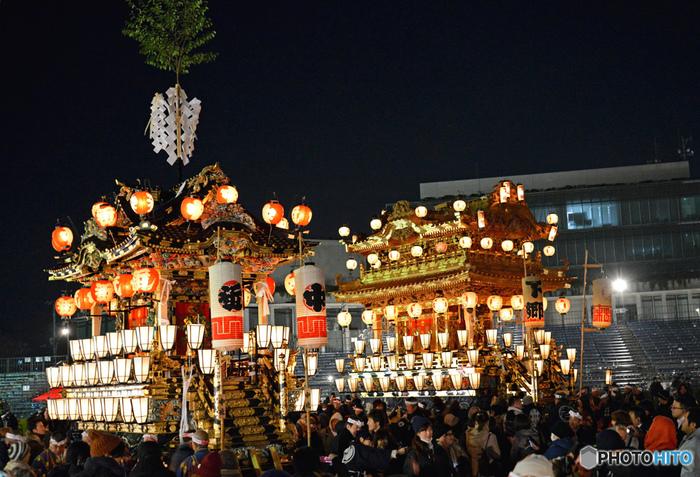 豪華絢爛な2基の笠鉾(かさぼこ)と、4基の屋台が町中を練り歩く秩父夜祭。お囃子の音がおなかの底まで響きます。屋台歌舞伎や踊りなども上演され、秩父の街は熱気にあふれかえります。