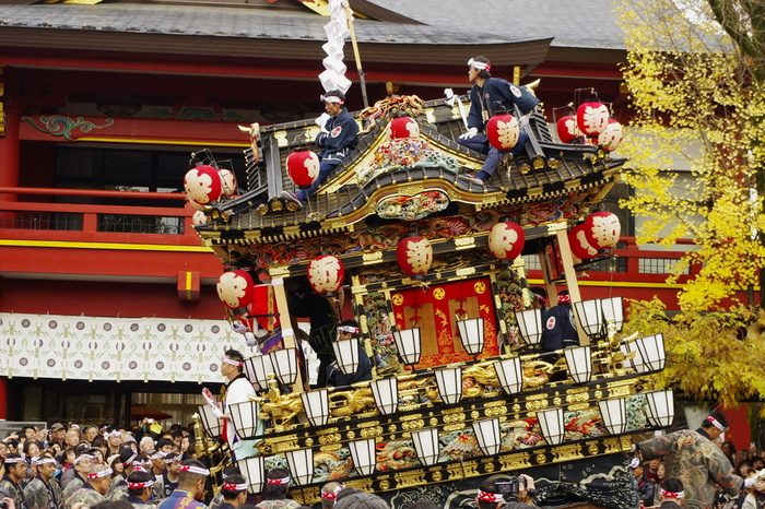 秩父神社の例大祭である「秩父夜祭」。江戸時代から続く300年以上の歴史があり、京都祇園祭、飛騨高山祭と共に日本三大曳山祭の1つに数えられています。  今年は、12/2(土)~12/4(月)の3日間にわたって行われます。毎年20万人以上を超える見物客が訪れる秩父の名物となっています。