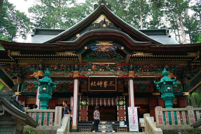 本殿は、1661年に建立。全体に漆が塗られ、梁や柱などに極彩色が使われてきらびやかな印象です。