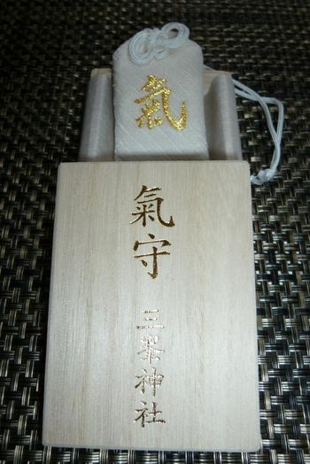 他にも緑や赤など通年で頒布されているお守りもあるのですが、この「白い氣守」は毎月1日限定で頒布されるため、前日から長蛇の列ができるほどの人気なんです。有名人が持っていることで話題にもなりましたね。  「氣守」は、三峯神社の御神木を内符に入れてお守りにしたもので、神さまの霊気と御神木の「氣」が封入されているとされています。入手はかなり困難ですが、気になる方は公式HPをチェックしてみては?