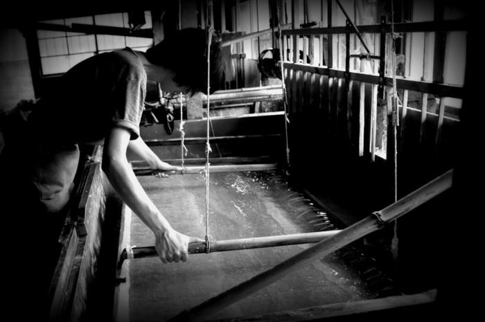 初めての方は、水の冷たさに驚くかもしれません。原料を溶かした槽(ふね)から簀桁(すけた)という道具で漉く作業は、思ったよりも力がいります。