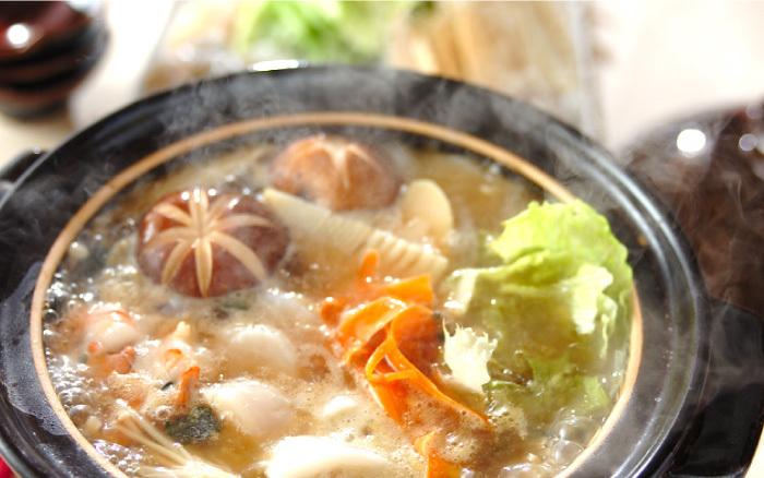 鍋のレシピは無限大。色々な鍋レシピがありましたね。世界の鍋料理も、どれも意外と簡単にできるので、いつもと違う鍋を楽しみたい時に作ってみるといいかもしれません。寒い日は、おうちで鍋料理、ぜひ楽しんでみてくださいね。