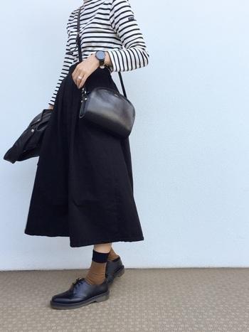 同じボーダーTシャツに合わせても、黒のチノスカートはぐっと大人っぽい雰囲気になります。