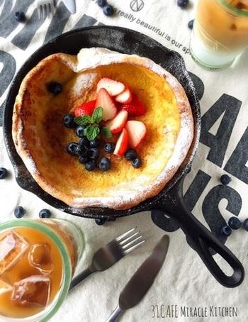 ふんわりと焼き上げたダッチベイビーは、スキレットで作ると驚くほど簡単に作れます。トップにはフレッシュフルーツを飾ってあげると、カフェのような仕上がりになります。