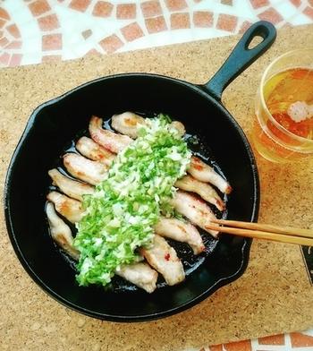 お肉をこんがりと焼くのはスキレットの得意技。電子レンジで仕上げたネギ塩をたっぷりとかけたら、ご飯が進むおかずの出来上がりです。