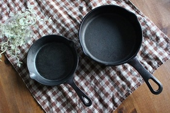 スキレットは、使い始める前に「シーズニング」という作業をする必要があります。これは、鉄の表面を焼き切って、油を馴染ませることで、スキレットを錆びから守る作業です。