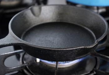 火にかけて、隅々までしっかりと空焚きします。鉄でできているので、強火で焼いても大丈夫です。