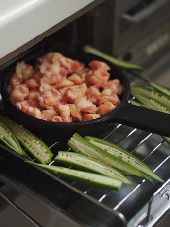 グリルで焼き上げるときに、周りの空いたスペースに付け合わせのお野菜を入れておけば、同時に調理することができます。グリルだけでひと品完成するのは嬉しいですね。