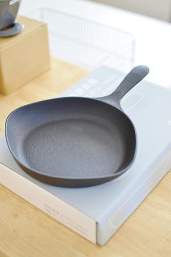 削ぎ落したシンプルなデザインがとても美しい柳宗理のキッチンアイテム。ミニフライパンがスキレットとして使える大きさです。少し横に広がったデザインがユニークでお洒落ですね。