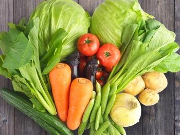 「や」は、野菜。シンプルに体に優しい食材ですね。お野菜は、旬の物を食べるのが一番栄養価が高いと言われているので、出来るだけ旬の食材を取り入れるように工夫してみて下さいね。加熱すると量(かさ)が小さくなるので、お皿一杯なら生の時より沢山の量を食べられますよ♪