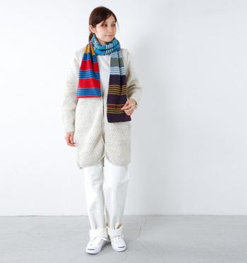 ホワイトのワントーンコーデには、ちょっぴり派手色のマルチボーダーストールをプラス。着こなしのアクセントにもなり、首回りをしっかり防寒してくれます。