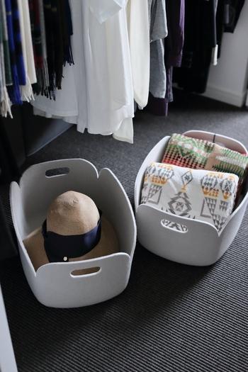 ハンガーの下のデッドスペースもボックスを揃えて、収納スペースとして活用しましょう。帽子やストールなどを置いても。