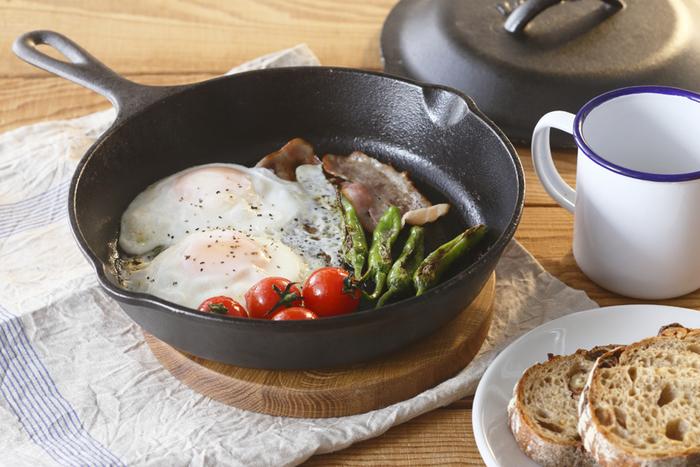 アツアツのお料理をそのまま食卓にサーブできるので、朝の忙しい時間帯にも便利に使うことができます。実用的であり、機能的なスキレットは現代にマッチした調理器具であるといえます。