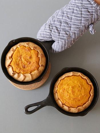お菓子は生地ごとそのままオーブンに入れて、焼き上げます。丸型になる上、取っ手がついているので取り出すのも簡単です。