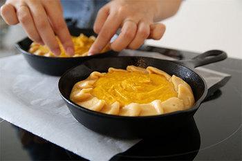 かぼちゃのタルトは、型を使わず、スキレットで直接焼き上げます。ざっくりとした素朴な表情で、毎日のおやつに食べたくなりますね。